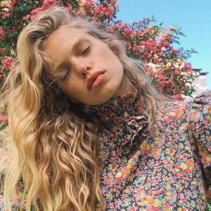 Trendy na jesień 2020 - sukienka w kwiaty w stylu boho