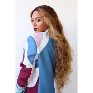 Modne fryzury na jesień: włosy Roszpunki