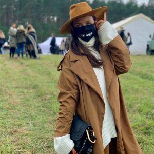 Trendy na jesień 2020 Kinga Rusin w modnym karmelowym płaszczu i kozakach