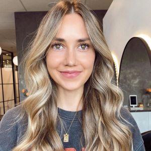 Modne kolory włosów na jesień i zimę 2020 2021 - bisquit blond