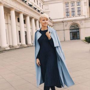 Modny niebieski płaszcz, dzianinowa sukienka i wysokie kozaki - jesienna stylizacja Małgorzaty Kożuchowskiej
