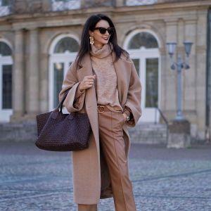 Beżowy płaszcz, wełniany sweter i torebka vintage - stylizacja-inspiracja z Instagrama
