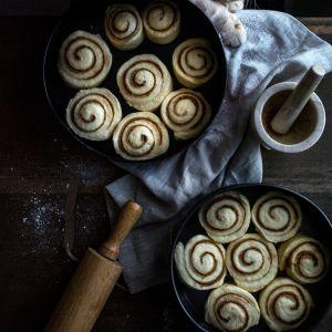 Szwedzkie drożdżowe bułeczki cynamonowe - zdradzamy sekret puszystego ciasta!