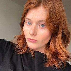 Paryskie trendy w koloryzacji włosów na rok 2021: Pomarańcz i czerwień