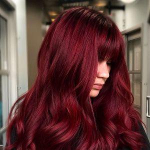Paryskie trendy w koloryzacji włosów na rok 2021: Bordo