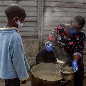 Zimbabwe - kobieta karmiąca dzieci