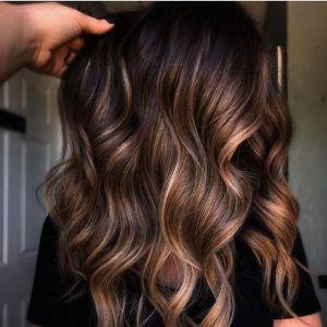 """Modne kolory włosów 2021: Słoneczne pasemka """"Glowing bronze"""" rozświetlą i odmłodzą!"""