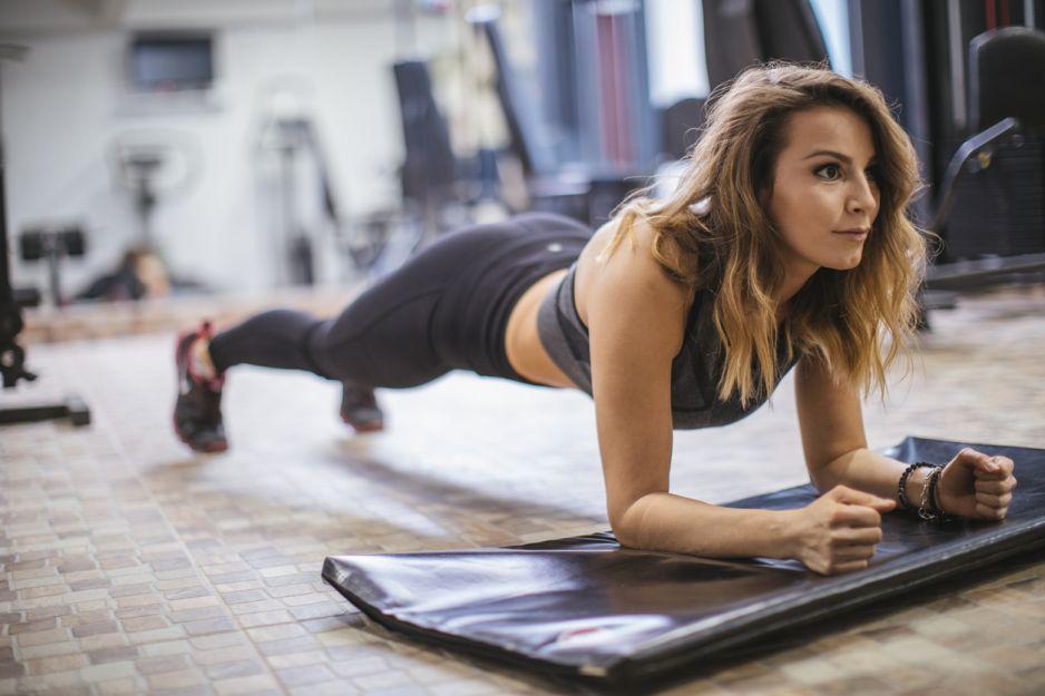 plank challenge: na czym polega wyzwanie i jakie daje efekty?