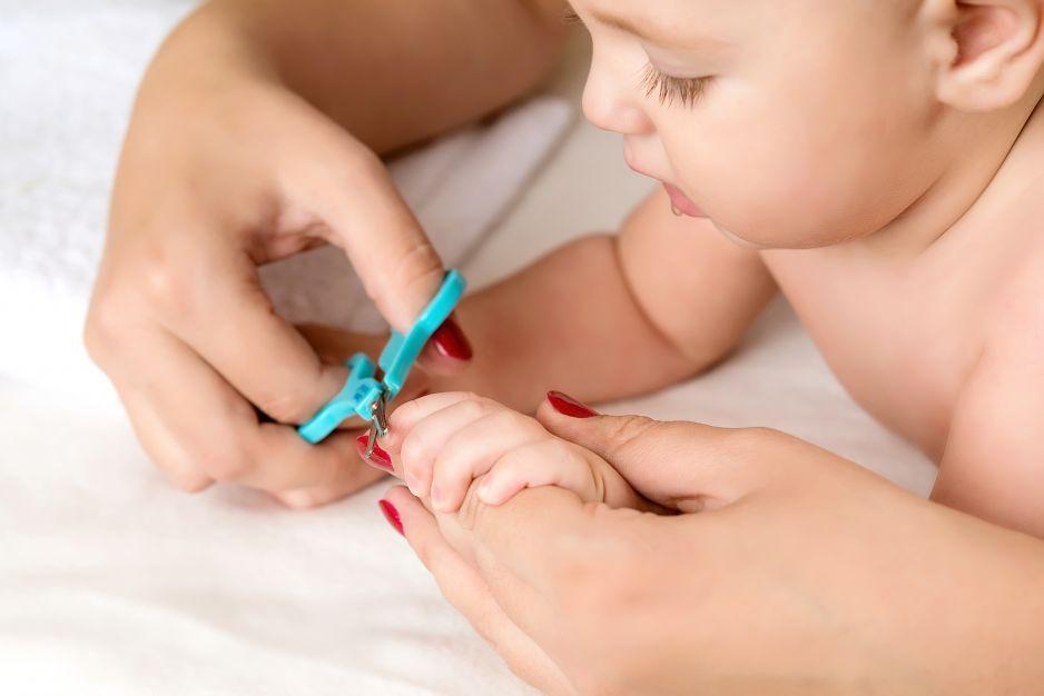 Mama obcina dziecku paznokcie