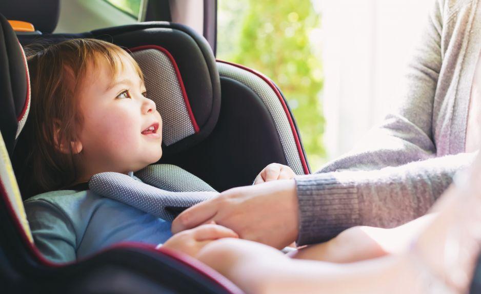 Jak nie przewozić dziecka w samochodzie? Niewyregulowane pasy
