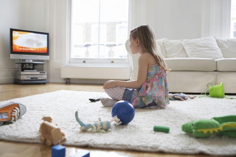Dziecko ogląda telewizję