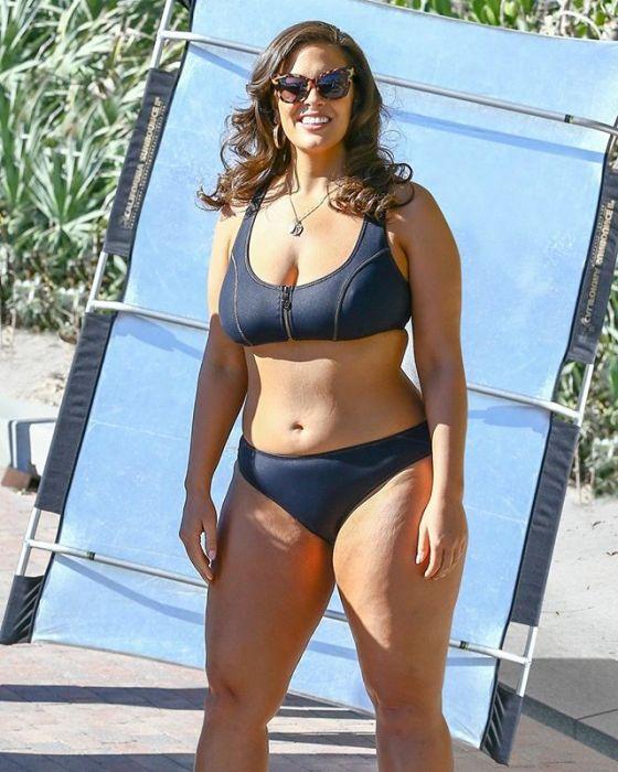 Ashley Graham w kampanii strojów kąpielowych zrobionej przez paparazzi.