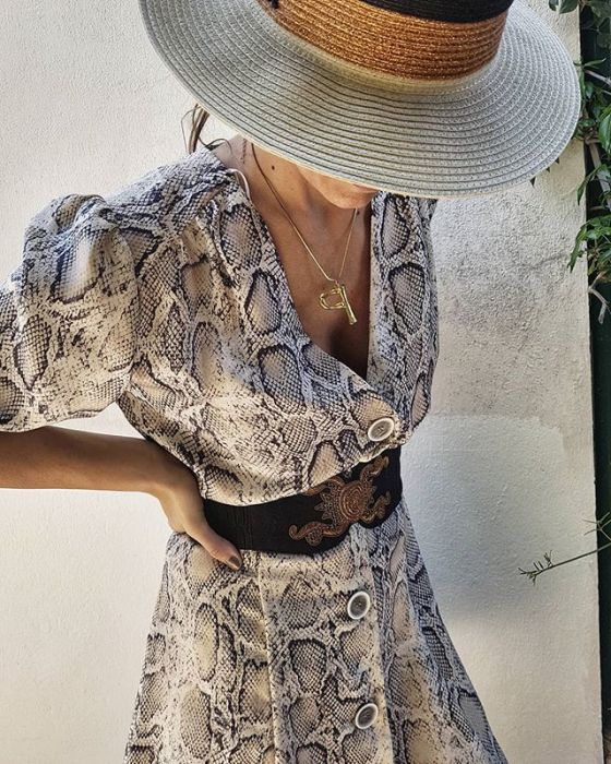 Sukienka z Zary w wężowy print jest hitem na Instagramie