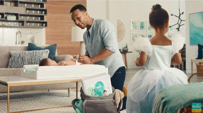 John Legend zmienia pieluchy w reklamie Pampers