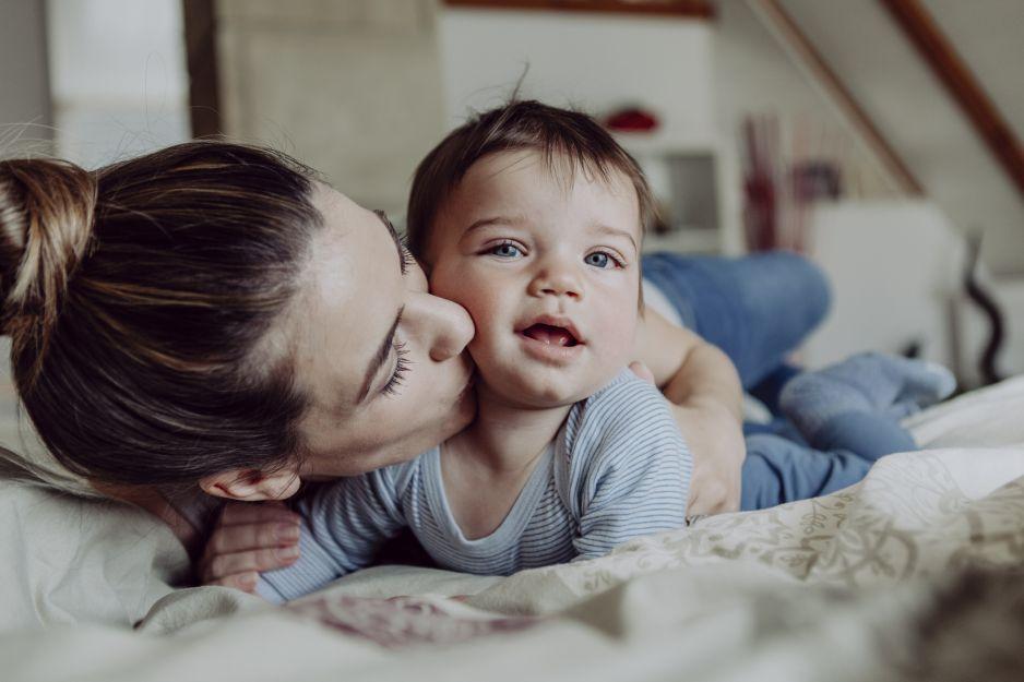 Mama całująca dziecko