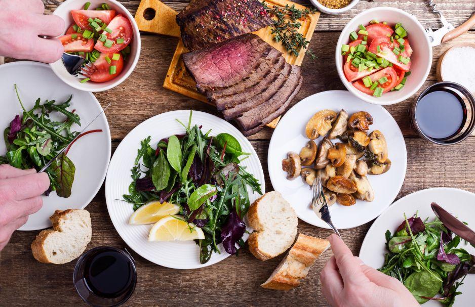 jedzenie wiczorami - jaki ma wpływ na ciało?