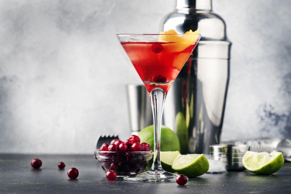 Cosmopolitan drink - jak go zrobić. Podpowiadamy najlepsze przepisy na cosmopolitan drink.
