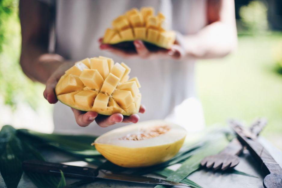 Mango: jak jeść ten rajski owoc? Jakie właściwości posiada mango i w jakich sprawdza się przepisach?