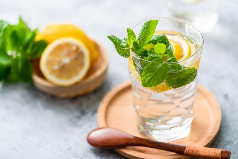 Czy picie wody z cytryną odchudza - Zdrowie