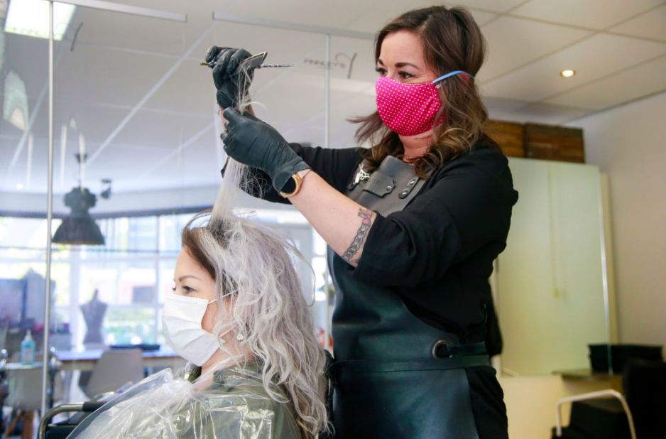 Salony fryzjerskie już otwarte. Jakie zasady obowiązują u fryzjera?