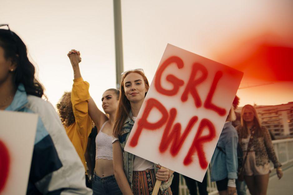 Protesty w Albanii: nastolatki demonstrują po okrutnych gwałtach na gimnazjalistce
