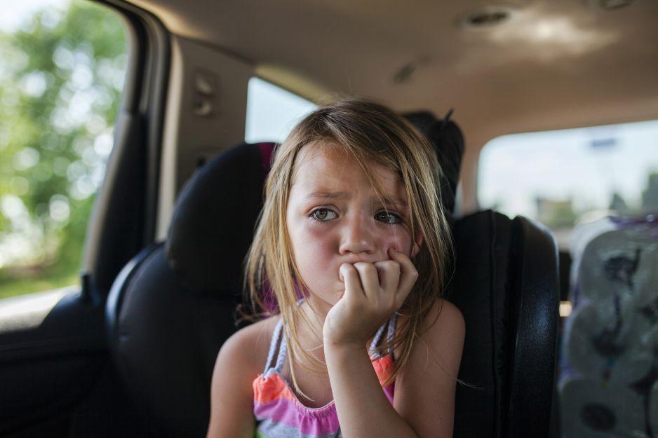 Zostawili córkę w nagrzanym aucie, a sami poszli na zakupy: co roku wraca problem braku odpowiedzialności rodziców