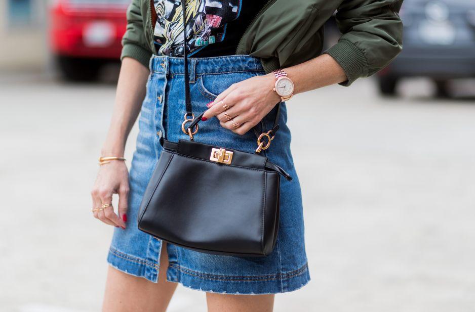 Jeansowa spódnica mini w towarzystwie dodatków vintage