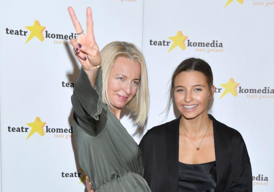 Dwie kobiety, dwa pokolenia, jedna sukienka na jesień 2020 - Julia Wieniawa i jej mama Marta Wieniawa-Narkiewicz w satynowej sukience