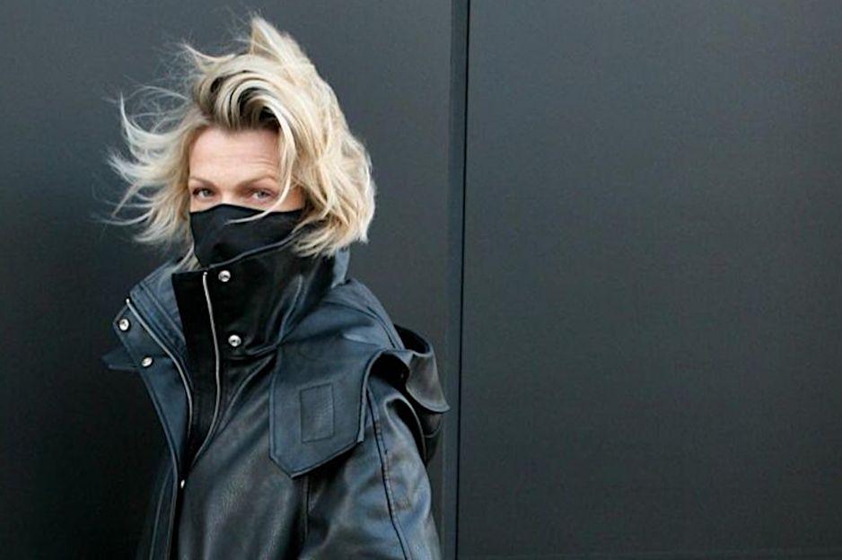 Moda zima 2020: Ten długi skórzany płaszcz Reserved to modowa RAKIETA! Spójrz, jak nosi go Magda Mołek