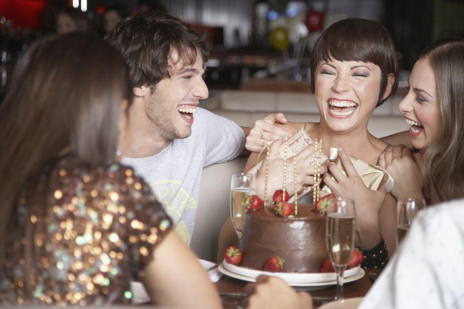 Krótkie życzenia urodzinowe: zabawne, wzruszające wierszyki i życzenia, które rozczulą każdego