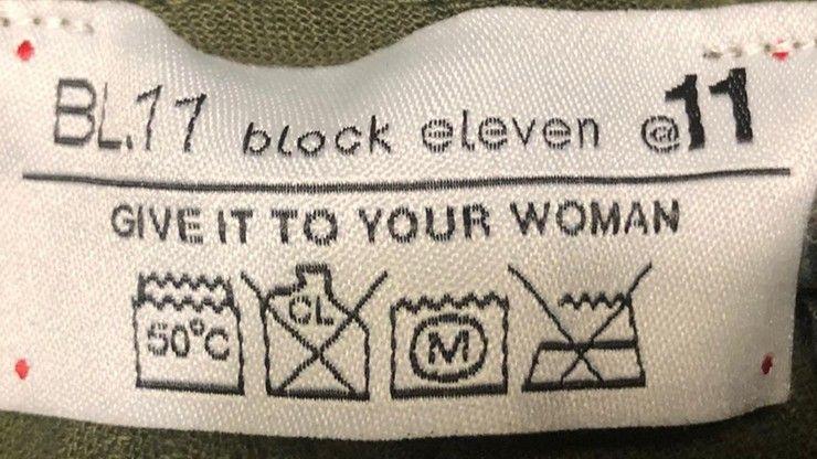 Oburzający żart na metce męskich spodni