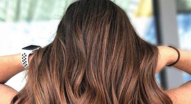 Najmodniejszy kolor włosów na zimę 2019? Poznajcie cynamonowy brąz!