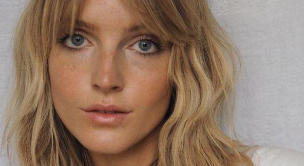 FRYZURY NA JESIEŃ 2020: Face Framing w stylu lat 90. To modne cięcie genialnie wyszczupla twarz. Komu pasuje i jak je nosić?