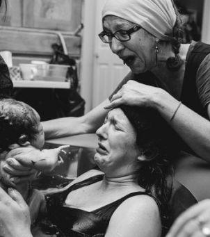 Matki pomagają córkom w porodzie: WZRUSZAJĄCE zdjęcia