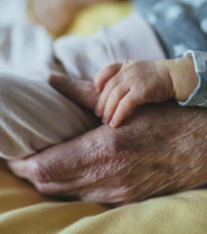Seniorzy będą tulić noworodki: co to za akcja?