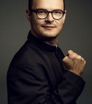Dawid Ogrodnik jako ksiądz Jan Kaczkowski