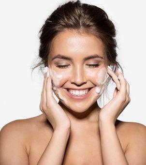 Jak oczyszczać wrażliwą skórę? – 10 kosmetyków do mycia, które jej nie podrażnią