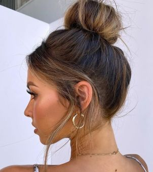 Bun lift: ta fryzura działa jak lifting - i zrobisz ją w 5 minut