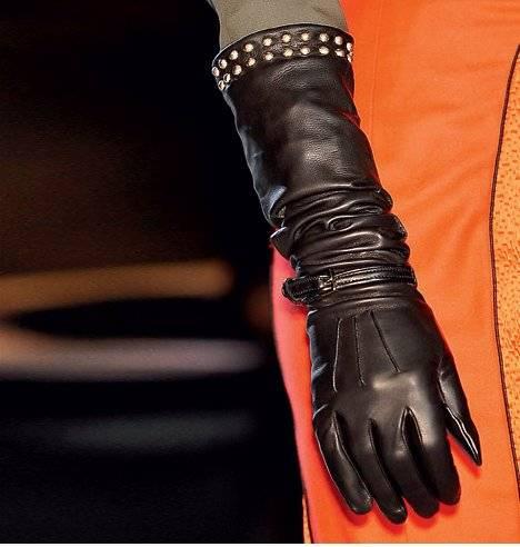6. Zdjęcie  - Dodatki: kolie, rękawiczki, koturny