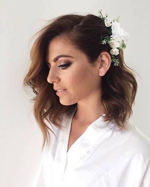 Fryzura ślubna dla krótkich włosów z wpiętymi kwiatami - 17 oszałamiających fryzur ślubnych dla KRÓTKICH włosów