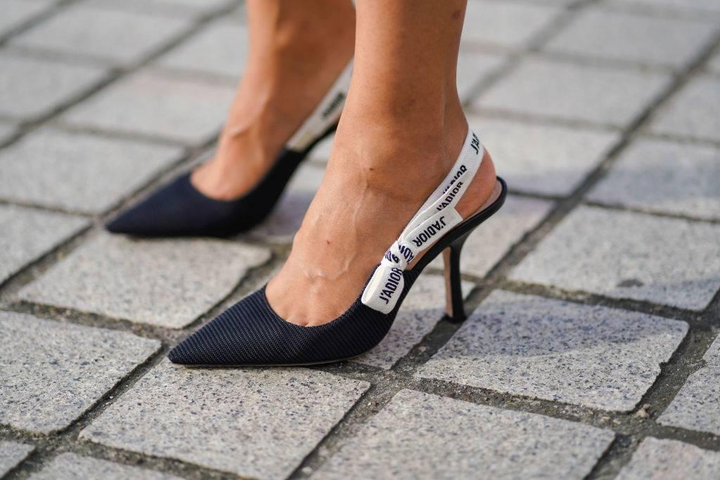 Czółenka na średnim lub wysokim obcasie - 10 trendów, które zawsze będą modne, a kupisz je na wyprzedaży