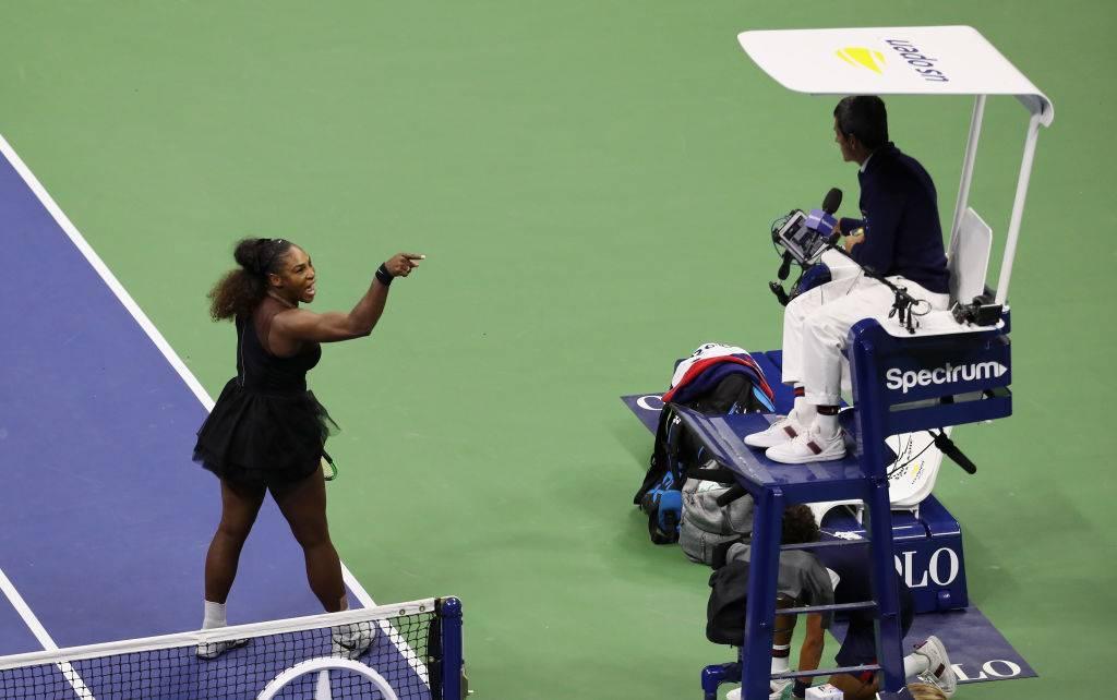 Serena Williams kłóci się z arbitrem Carlosem Ramosem - Serena Williams oskarża sędziego o seksizm: mężczyzna nie dostałby takiej kary