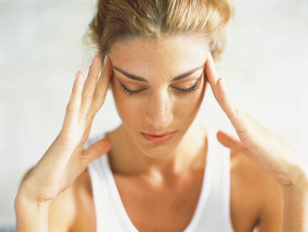 Azjatka - ćwiczenie na kurze łapki - Fitness twarzy: 6 ćwiczeń, które skutecznie wygładzą zmarszczki