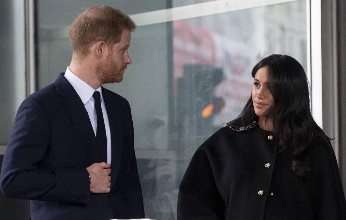 """Powstanie film o miłości Meghan Markle i księcia Harry'ego - """"Harry and Meghan: Becoming Royal"""" – są pierwsze kadry z filmu o miłości książęcej pary"""