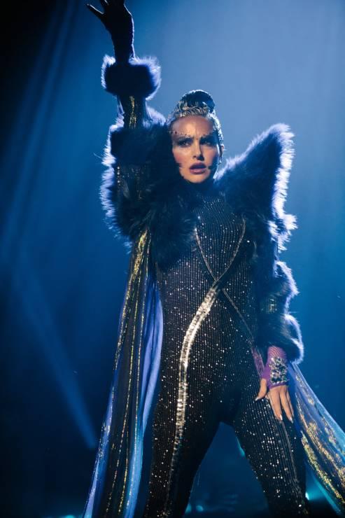 """Natalie Portman w filmie """"Vox Lux"""" - Natalie Portman w teledysku promującym """"Vox Lux"""". Utwór napisała jedna z największych gwiazd pop"""