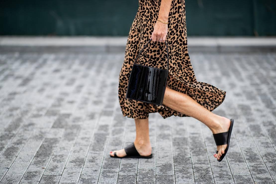 Skórzane klapki lato 2019 - Trendy moda lato 2019: co każda kobieta powinna spakować na wakacje?