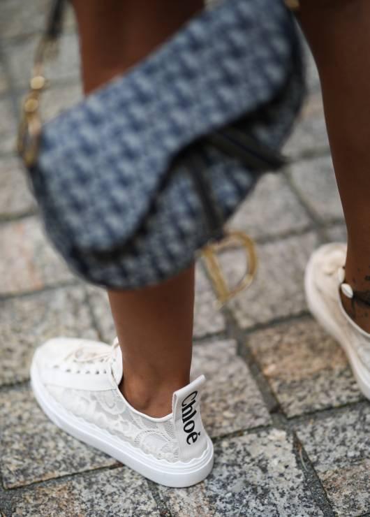 Sneakersy na wakacje - Trendy moda lato 2019: co każda kobieta powinna spakować na wakacje?