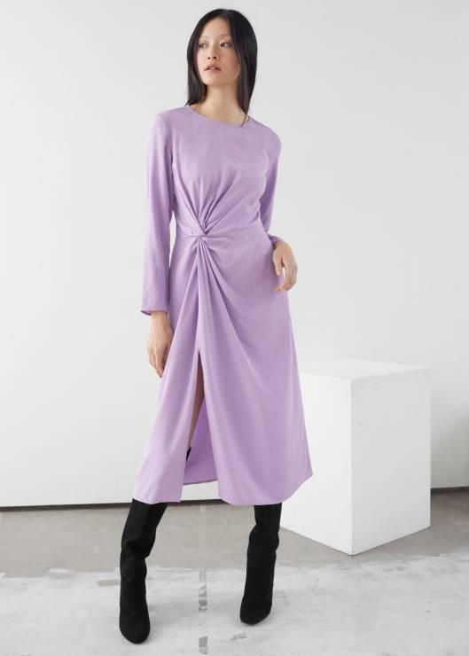 Sukienka w kolorze liliowym &Other Stories; ok. 360 zł - Sukienki na Sylwestra 2019 z sieciówek: nasze typy!