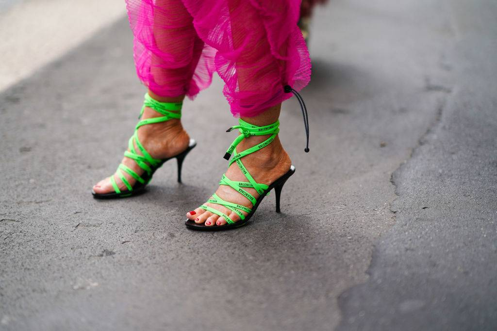 Trendy moda 2020: wiązane sandałki - Trendy moda 2020: modne buty w 2020