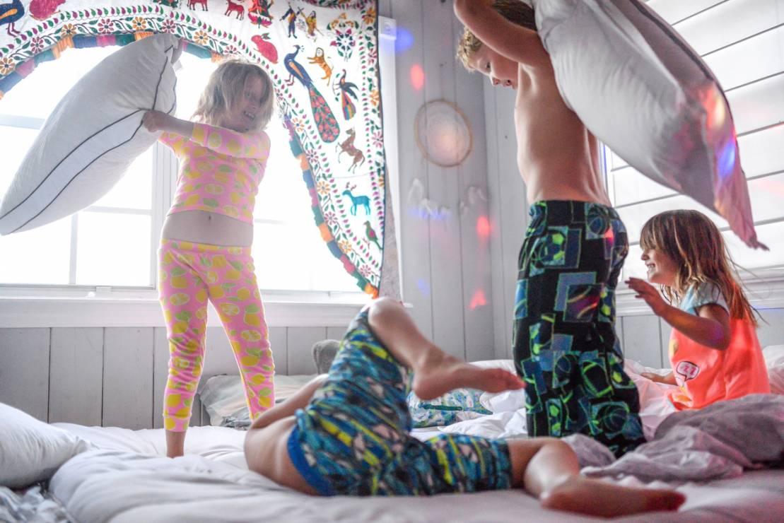 Budowanie szałasu w salonie - 10 inspirujących pomysłów na zabawy z dziećmi w domu [OKIEM MAMY]